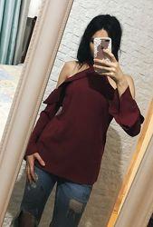 Красивая блуза винного цвета с открытыми плечами
