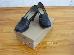 Оригинальные туфли Clarks на каблучке