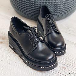 Кожаные черные туфли на танкетке. Стильно и комфортно