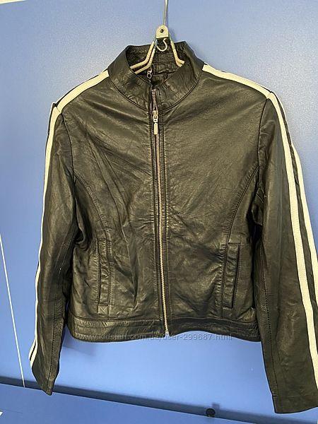Кожаная куртка короткая с белыми полосами