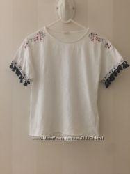 Шикарная футболочка с вышивкой и кисточками на рукавах Zara