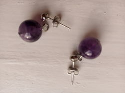Сережки с фиолетовыми круглыми камушками.