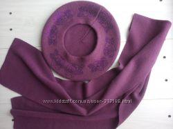 Берет и шарфик винного цвета.