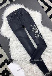Стильные джинсы Zara с вышивкой