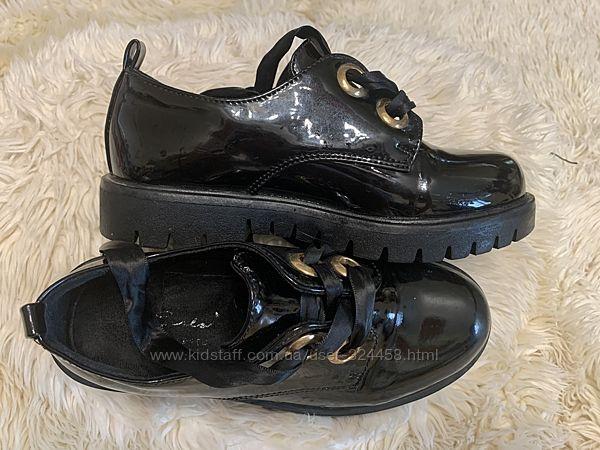 Чёрные стильные лаковые туфли