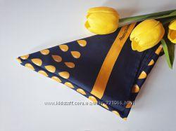 Синий платок в жёлтых каплях