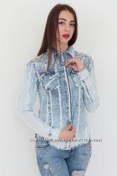 Восхитительная женская рубашка с бусинами и стразами на плечах