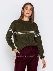 Стильный свитер с контрастными полосами, выполненный оригинальной вязкой с