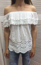 Нежная и женственная белая блуза с открытыми плечами, Италия