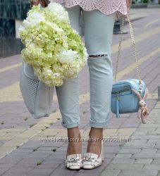 Зауженные джинсы с дырками на коленях голубовато-серого оттенка, Италия