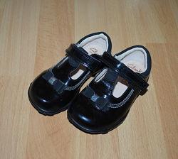 Лаковые черные туфли для девочки Clarks р.22, 14 см
