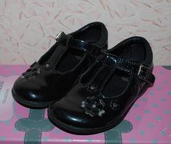 Лаковые черные туфли для девочки Clarks р.25, стелька 16.5 см, 8G