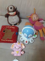 Мягкие и другие развивающие игрушки для самых маленьких.