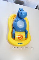 Бегемотик Tomy на катамаране, поет и плавает. От 1 года до 3-х