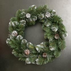 Венок новогодний из еловых веток и шишек 50 см в диаметре