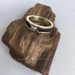 Золотое кольцо с эбеновым деревом и бриллиантом.