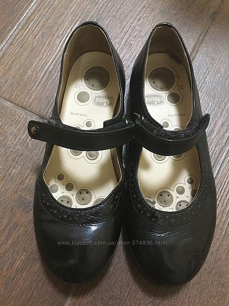 Продаются красивые туфли на девочку лак кожа размер 32