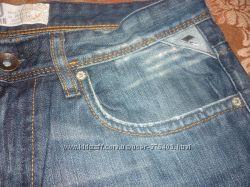 Стильные фирменные джинсы с потертостями