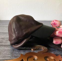 Модные кожаные кепки на весну-осень в шоколадном оттенке