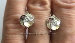 Серебряные серьги цветок с камнем.