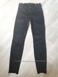 Классные чёрные рваные штаны тянутся