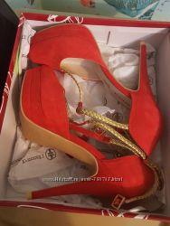 Новые стильные  туфли красного цвета