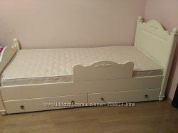 Красивая кроватка в стиле прованс с ящиками