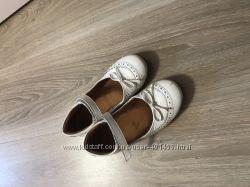 Подам туфли белые froddo