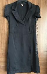 Черное платье из плотного стрейч-атласа с глубоким вырезом. trg. р. 46