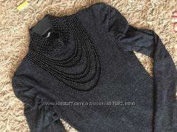 Элегантное теплое платье-резинка с шикарными бусами. leticia. р. 46 наш