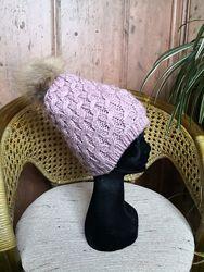 Женская вязаная шапка с меховым помпоном Maltina, цвет - нежно  сиреневый.
