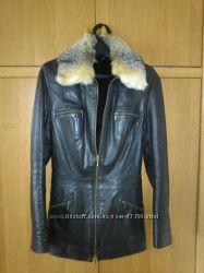 Куртка кожаная на натуральном меху с отстежным воротником из волка