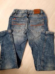Узкие фирменные джинсы на мальчика