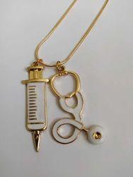 цепочка с кулоном в виде шприца и стетоскопа