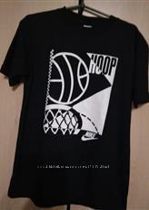 черная футболка с интересным принтом от бренда NIKE