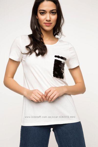 женская футболка De Facto белого цвета с черным квадратиком на груди