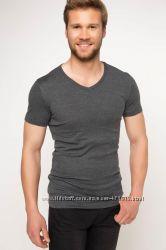 серая мужская футболка DE FACTO с V-образной горловиной