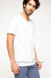 белая мужская футболка DE FACTO с V-образной горловиной