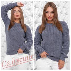 Зручний однотонний светр в стилі oversize з якісної м&acuteякої пряжі.