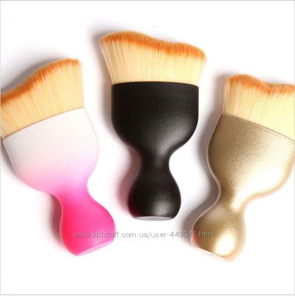 Кисть для нанесения макияжа с изогнутым ворсом