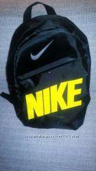 Стильный городской спортивный рюкзак NIKE, цвет черный с желтой надписью