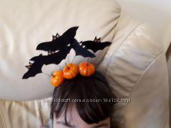 Обручи шляпа ведьмочки на Хэллоуин и с тыквами и летучими мышами.