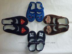 Разные цвета. Обувь для садика мокасины и тапочки