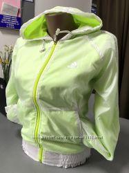 Классная ветровка Adidas белого цвета с салатовым