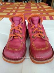 Демисезонные ботиночки фирмы Kickers на девочку 28р. , по стельке 17-17. 5 см