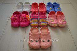 Много кроксов Crocs.
