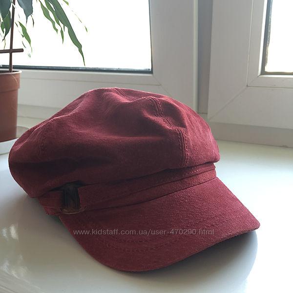 Красная замшевая кепи