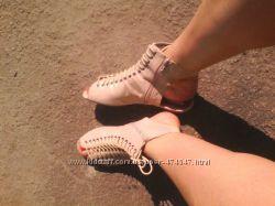 Удобные босоножки на любой подьем ноги.