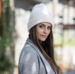 Молочная тёплая объёмная шапка бини с кроличим пухом