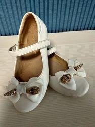 Праздничные белые туфли с бантом и черепом